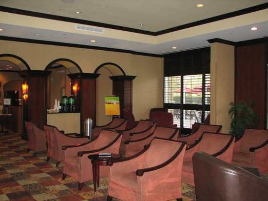 Holiday Inn Tallahassee Conference Center: Area de descanso con television