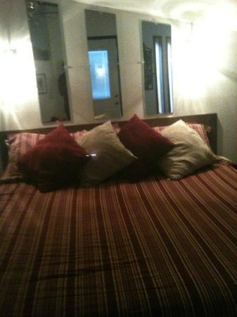 Winery Bed and Breakfast : King size bed