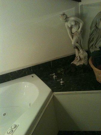 Winery Bed and Breakfast : Greek goddess beside whirlpool bath