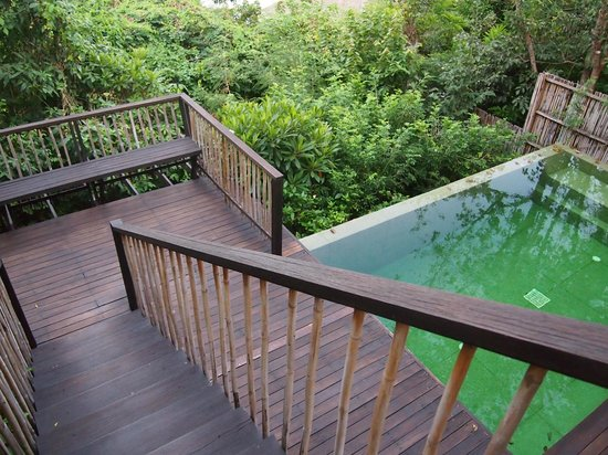 Six Senses Samui: Staircase leading down to private pool and sunken lounge