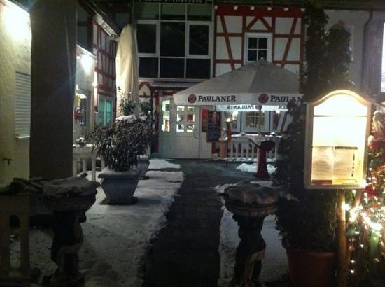 Osteria Del Buongusto bei Domenico im Schwedenhof:                   entrance at night