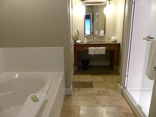 Westin Bear Mountain Victoria Golf Resort & Spa:                   Modern bathroom.huge space.