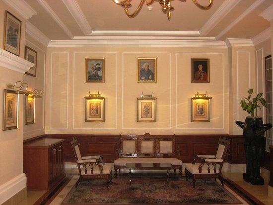 The Imperial Hotel: Uno de los salones con iconografía real