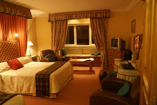 Dingle Benners Hotel:                   cozy room