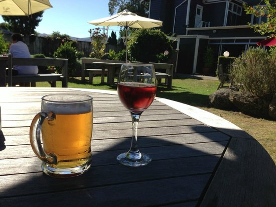 The Tin Hut: Great local wine and good beer in a beautiful garden in the sun