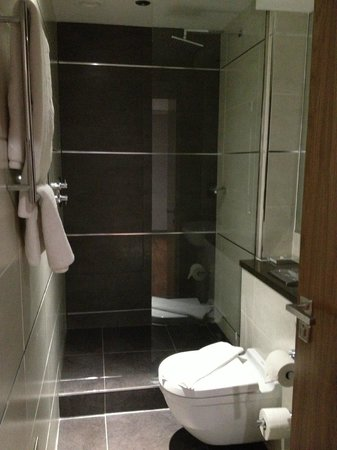 Roomzzz Newcastle City:                   bathroom