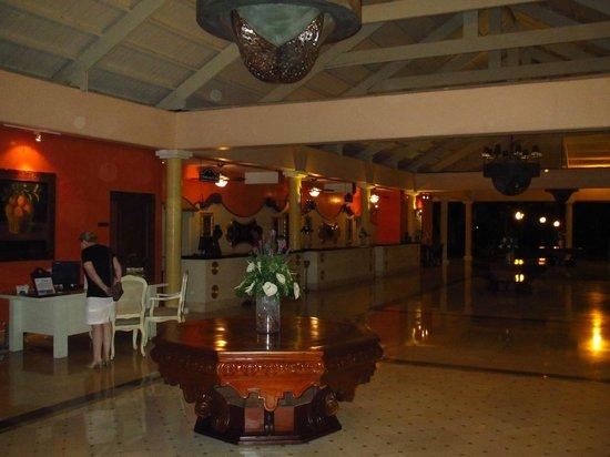 إيبيروستار بونتا كانا أول إنكلوسيف:                   Front desk area                 