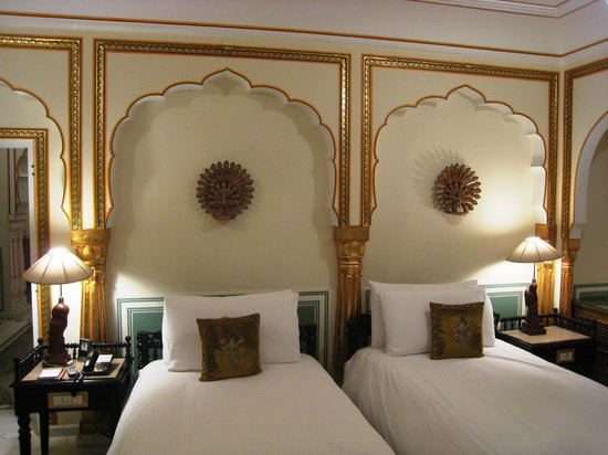 The Raj Palace Grand Heritage Hotel: Habitación