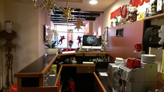 Anco Hotel: Front lobby/bar