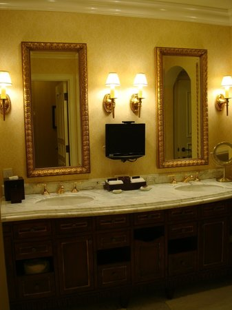 Fairmont Grand Del Mar: Bathroom sink area