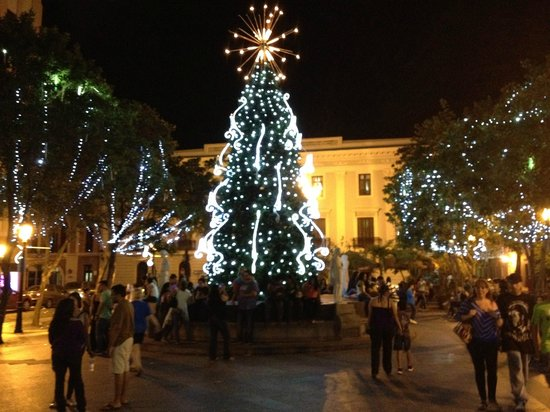 Hotel Plaza De Armas Old San Juan: Christmas time decorations in the Plaza