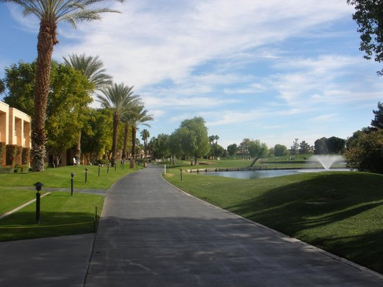 The Westin Mission Hills Golf Resort & Spa: Walking paths along the golf course