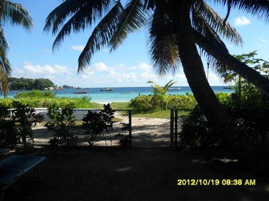 Rosemary's Guesthouse:                   Passaggio diretto GH-spiaggia :-)
