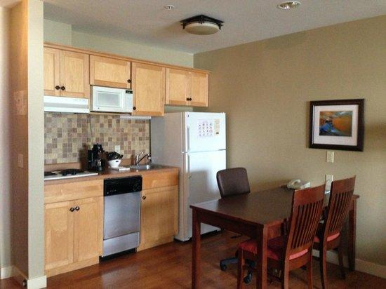 جرين ماونتن سويتس هوتل:                   Kitchen area in the suite                 