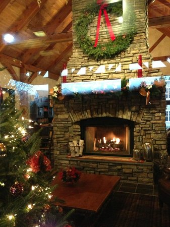 Green Mountain Suites Hotel:                   Lobby during the Christmas season