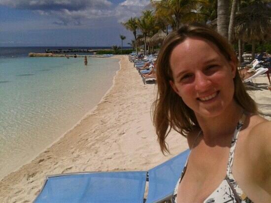 Renaissance Curacao Resort & Casino:                   playa artificial del hotel en segundo piso