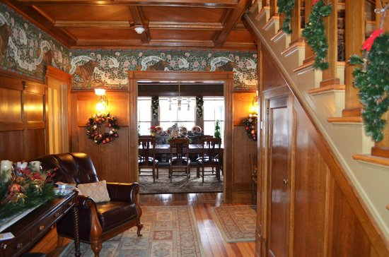 Rosehaven Inn Bed and Breakfast:                   Hall with a view on the dinning room