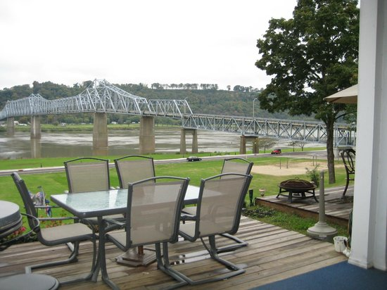 Riverboat Inn and Suites: One of our many sitting area's on patio