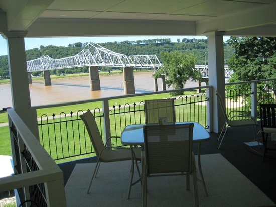 Riverboat Inn and Suites: sitting area top floor deck