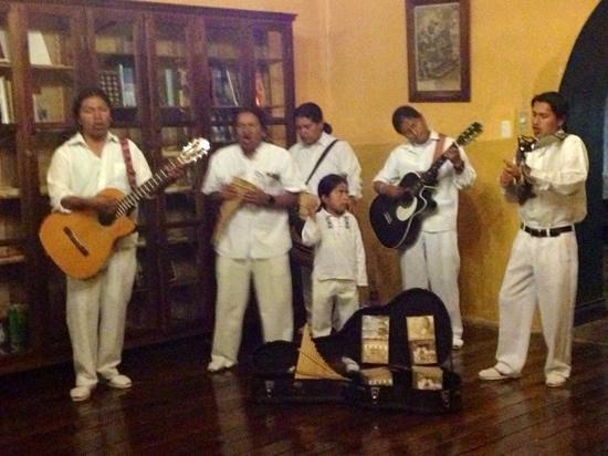 Hacienda Pinsaqui: coctel de bienvenida, otavaleños tocando