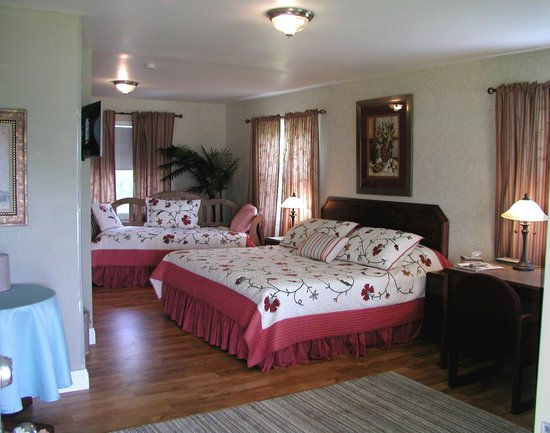Riverboat Inn and Suites: top floor King bed with trundle bed