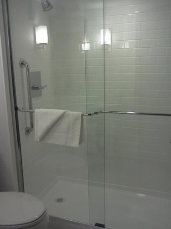 Four Points by Sheraton Mall of America Minneapolis Airport:                   Spotless shower - large and spacious!