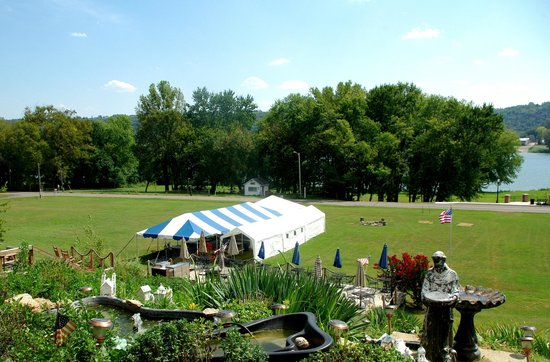 Riverboat Inn and Suites: Lower Lawn with tent for parties and occasion