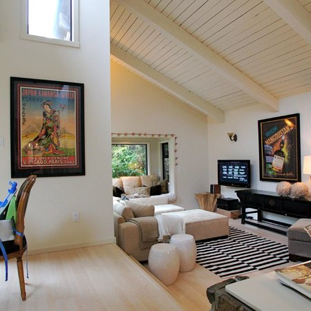 West Wind: High-ceilings in the gorgeous living room with reading nook