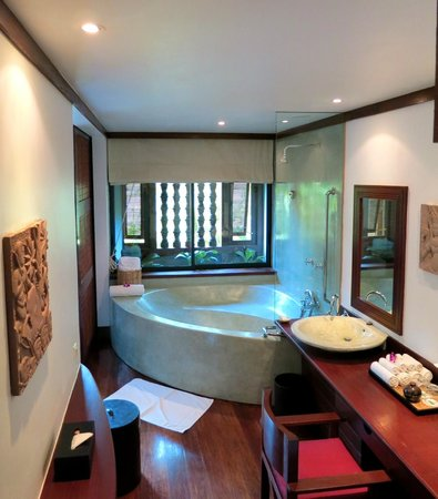 Belmond La Résidence d'Angkor:                   La Residence d'Angkor - spacious, luxurious bathroom in Room #8