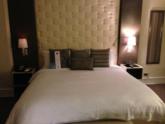 Carlton Hotel, Autograph Collection: Bed - super comfy!