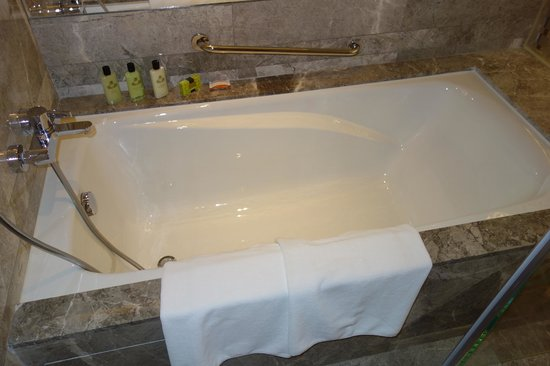 InterContinental Grand Stanford:                   Bathtub (Premier Harbour View Suite)