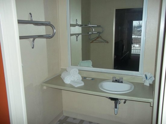 Kings Inn of Indianapolis: Bathroom Vanity Room 201