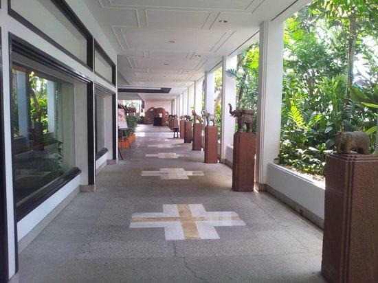 Anantara Riverside Bangkok Resort:                   Walkway to breakie