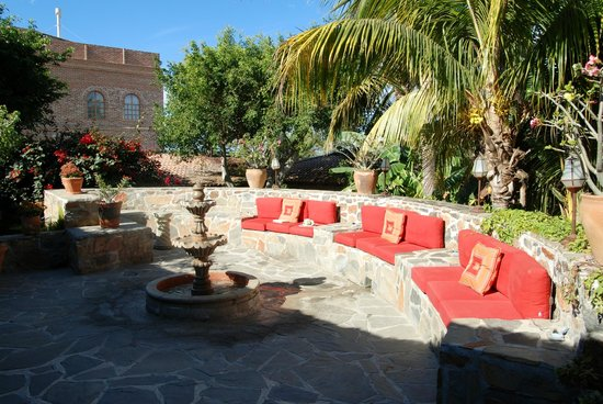 Todos Santos Inn: Comfortable Courtyard Seating