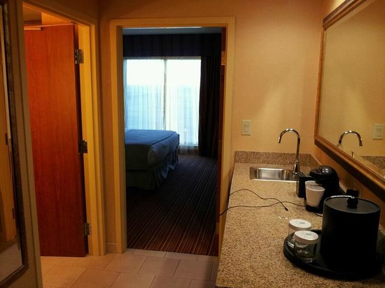 Embassy Suites by Hilton Nashville SE - Murfreesboro:                   A flat-screen tv in each room! And a wet-bar, fridge, microwave, and coffee-ma