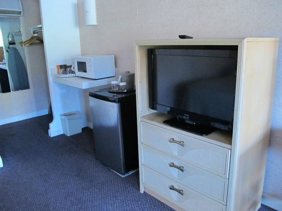 ‪‪Sedona Motel‬: Flat Screen TV, Fridge, Microwave, Closet area‬