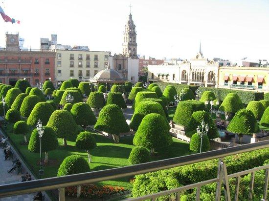 Ramada Plaza Leon:                   Jardín