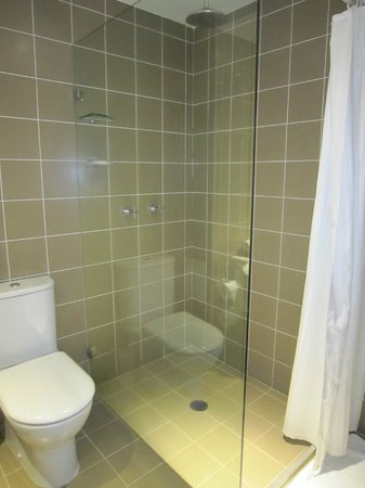 Mercure Gerringong Resort: bathroom with shower only Room 306
