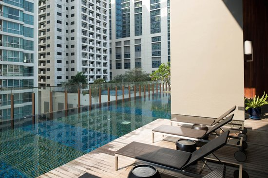 Hansar Bangkok Hotel:                   Outdoor pool area