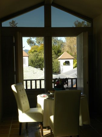 The Cottage Inn & Spa: Vineyard View Room, open air view from breakfast table