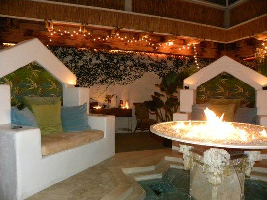 The Cottage Inn & Spa: Evening in the courtyard, enjoy a cup of tea by the fire before bed