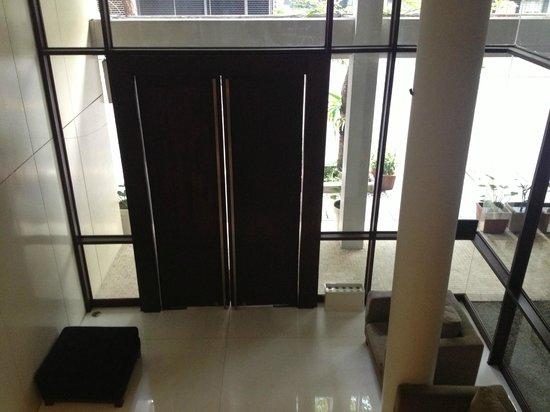LUXX:                   Hotel Lobby