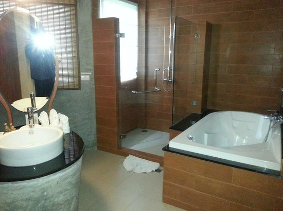 Aonang Phu Petra Resort, Krabi Thailand:                   the clean bathroom