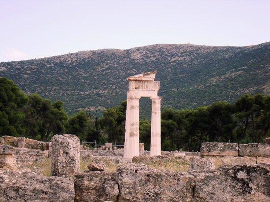 Teatern i Epidauros: Round Tholos temple ruins