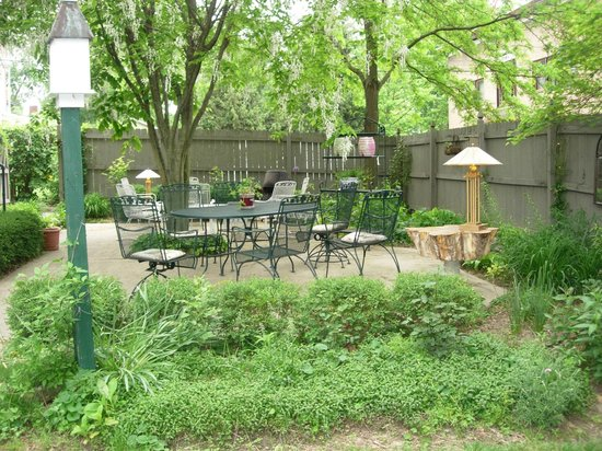 Hardy's Bed and Breakfast Suites: Relaxing gardens