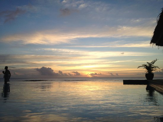 Manuia Beach Resort:                   Sunset over the infinity pool