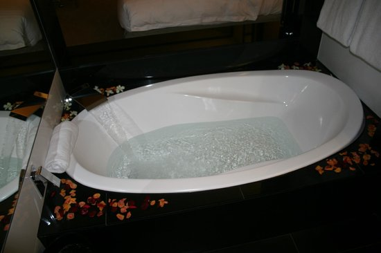 Crown Metropol Perth:                   Tub