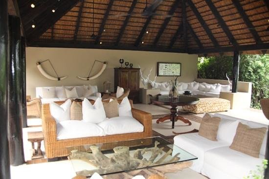 Lion Sands River Lodge:                   Treffpunkt am Abend