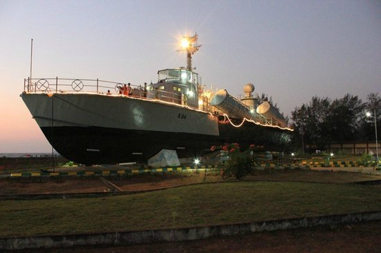 Karwar, Indien:                   Warship At Night