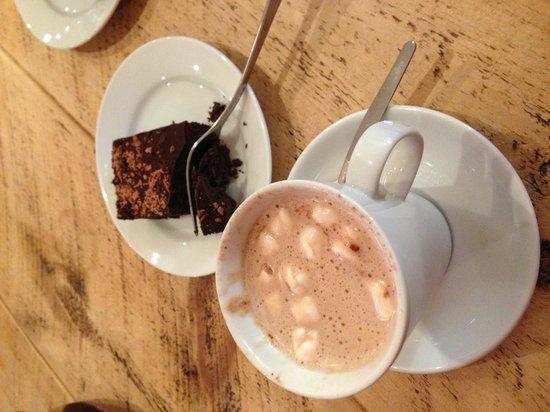 Grasmere Tea Gardens:                                     Hot choc and brownie yummy!